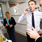 Kristian Thulesen Dahl (DF) og Peter Skaarup (DF), fejrer, at de har landet en finanslovsaftale med regeringen. Erhvervslivet er i lidt mere behersket feststemning, men ser dog lyspunkter i aftalen. Foto: Ritzau Scanpix/Philip Davali