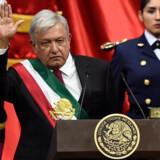 Mexicos nye præsident, Andrés Manuel Lopéz Obrador, vinker til de forsamlede efter indsættelsen lørdag. Hans tilhængere er fulde af håb om, at den venstreorienterede leder kan foretage gennemgribende forandringer, nedbringe fattigdommen og bekæmpe korruptionen i landet. Alfredo Estrella/Ritzau Scanpix