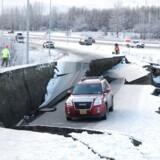 Tomasz Sulczynskis fine, røde GMC Terrain fra 2014 holder midlertidigt parkeret omkring tre kilometer fra Anchorages Ted Stevens International Airport.