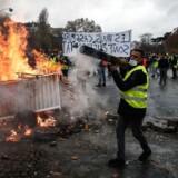 Demonstranter opsatte lørdag brændende blokader flere i Paris