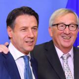 Italiens premierminister, der her ses sammen med EU-Kommissionens formand, Jean-Claude Juncker (th.), varslede tidligt tirsdag, at et ændret budget vil komme inden for kort tid. Emmanuel Dunand/Ritzau Scanpix