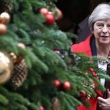 Det er svært for Theresa May at finde julehumøret, og hun ser mere og mere træt og grå ud. Foto: Daniel Leal-Olivas/Ritzau Scanpix