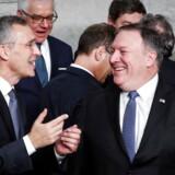 USAs udenrigsminister Mike Pompeo (th.) taler med NATOs generalsekretær Stoltenberg i Bruxelles.