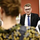 Beskæftigelsesminister Troels Lund Poulsen (V) ankommer til samråd om arbejdsmiljøreglerne vedrørende anvendelse af krom-6 onsdag 21. november 2018. Ministeren har været dybt utilfreds med embedsmænds håndtering af sagen. Nu har en direktør indgået en fratrædelsesaftale