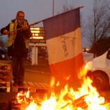 Frankrigs præsident, Emmanuel Macron, har opgivet af øge brændstofafgifterne i 2019. De planlagte forhøjelser af afgifterne har udløst de massive protester.