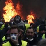 Protesterne kulminerede lørdag med voldsomme uroligheder i Paris, hvor 133 personer blev kvæstet, og 412 personer blev anholdt.