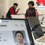 Meng Wanzhou, datter af Huaweis stifter og topchef og koncernfinansdirektør i mobilgiganten, blev 1. december anholdt i Canada. Her ses et billede af hende på en computer i en Huawei-butik i Beijing. Arkivfoto: Ng Han Guan, AP/Scanpix
