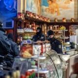 Politibetjente ransager en café i Duisburg i det vestlige Tyskland i forbindelse med aktionen mod den berygtede 'Ndrangheta-mafia.