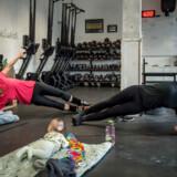 Nina Friis Leberg (tv.) og Tine Lau (th.) er på barsel og udnytter tiden med »Crossfit Moms«-træningsprogrammet sammen med deres børn Flora og Axel.