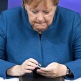 Fredag går Angela Merkel af som formand. I 13 år har Merkels telefonummer været et af de vigtigste i international politik. Spørgsmålet er, hvem europæerne, men også verdens ledere, fremover skal ringe til.