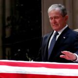 Tidligere præsident George W. Bush siger farvel til sin far, tidligere præsident George H.W. Bush.