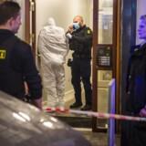 En mand bliver tilbageholdt på Købmagergade, efter politiet har fået en anmeldelse om et muligt væbnet røveri i stormagasinet Illum. Manden er pakket ind for at bevare mulige DNA-spor.