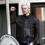 Julian Assange taler fra en balkon på den ecuadorianske ambassade.