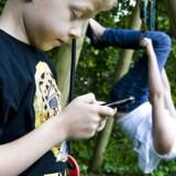 Sammenligner man med børn og unge i andre europæiske lande, er danske 11-15-årige børn ifølge HBSCs skolebørnsundersøgelse væsentligt mindre sammen med deres venner fysisk. Men trods den hurtige stigning fra fysisk til virtuelt samvær finder forskningen ikke, at børn og unge af den grund mister fortroligheden med deres venner. Det konkluderes derfor, at »ændringen i samværsform ikke nødvendigvis har betydning for kvaliteten af børns relationer til jævnaldrende«.