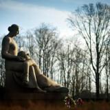 Axel Poulsens skulptur »Moderen med den dræbte søn« er centralt placeret på Den Store Gravplads i Mindelunden i Hellerup. Skulpturen vakte ved mindeparkens åbning en vis kritik, fordi det var sådan et grædekonemotiv, der ikke afspejlede Modstandskampens trodsige ånd.