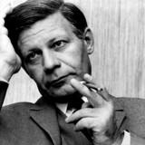 Helmut Schmidt, Vesttysklands femte kansler, ville være fyldt 100 år lillejuleaften. Mange tyskere savner hans klarsyn og skarpe tunge. På 100-årsdagen hædres han blandt andet med 100 billeder på en udstilling i Hamborg.
