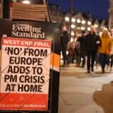 Theresa May havde håbet, at hendes europæiske penduldiplomati kunne redde hendes EU-skilsmisseplan og få denne gennem parlamentet. Europæerne ville dog ikke genforhandle skilsmisseplanen med henblik på at tilfredsstille britiske EU-modstandere, som avisforsiden i London tirsdag aften også indikerer. I stedet vendte Theresa May hjem til et kupforsøg i sit eget parti.