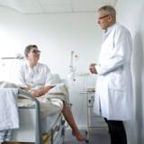 Direktør for Capio CFR Hellerup, Thomas Kiær, i samtale med patienten Vivian Bigom fra Ringsted.