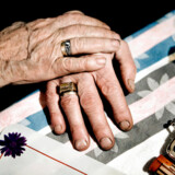 (ARKIV) Ældre ægtepar holder hinanden i hånden på Bispebjerg i København, den 15. december 2008. Testamentets rolle i konflikthåndtering er i fokus i denne uges brevkasse.