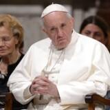 Paven har sagt farvel til to aldrende kardinaler, der begge i deres hjemlande – Australien og Chile – er involveret i sager om seksuelt misbrug af mindreårige.
