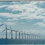 Prisen for vindkraft og solenergi falder og falder, og det er nu billigere at bygge en havmøllepark eller en solfarm, end det er at bygge et nyt kul- eller gasfyret kraftværk.