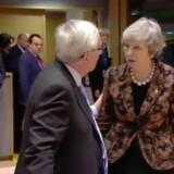En tydelig vred Theresa May går i kødet på formanden for EU-Kommissionen, Jean-Claude Juncker. Foto: Affotograferet fra video offentliggjort af Reuters.
