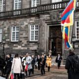 Thomas Goetz stod fredag ene mand og viftede med det tibetanske flag som protestdemonstration, da en delegation fra Kina deltog i frokostmøde i Det Udenrigspolitiske Nævn.