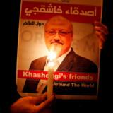 FILE PHOTO: En demonstrant tænder et lys for den myrdede saudiarabiske systemkritiker, Jamal Khashoggi, foran konsulatet i Istanbul, hvor han blev myrdet. Den 25. oktober 2018. REUTERS/Osman Orsal/File Photo