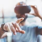 Test med Virtual Reality, hvor folk iført VR-briller skal finde vej gennem forskellige simulerede miljøer og huske detaljer derfra, kan ifølge den britiske forsker, Dennis Chan, fra Cambridge University være med til at afsløre de første tegn på demenssygdommen Alzheimers.