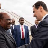Sudans præsident, Omar al-Bashir (til venstre), blev søndag eftermiddag modtaget i lufthavnen i Damaskus af den syriske præsident, Bashar al-Assad (til højre). Stringer/Ritzau Scanpix