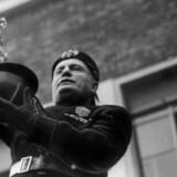 Italiensk politiker, føreren 'Il Duce' Benito Mussolini indsamler guld.