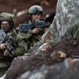 Israelske soldater står vagt ved udgravningsarbejdet nær den sydlige grænseby Mays al-Jabal i Libanon. Mens israelske soldater finder libanesiske angrebstunneler under grænsen til Israel, sidder libanesiske soldater klar til at holde dem tilbage fra deres side af grænsen.