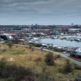 »Stejlepladsen og den nærliggende fiskerihavn er et stykke Olsen-banden-miljø med en helt særlig sjæl,« skriver Sigurd Eidsmo. Stejlepladsen er det grønne område til venstre i billedet.