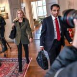 Ifølge en advokatundersøgelse har Katarina Frostenson, medlem af Det Svenske Akademi, brudt sin tavshedspligt og bør smides ud af akademiet.