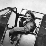 Vera Strodl i cockpittet i en Mustang-jager under forberedelse til transportflyvning. Illustration fra bogen
