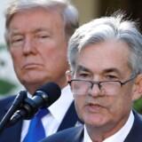 USAs præsident Donald Trump kigger på Jerome Powell, som han selv præsenterede som chef for USAs centralbank (Fed) i november 2018. Trump har flere gange kritiseret Jerome Powell for at hæve renten for hurtigt.