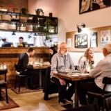 Restauranten ARO i Odense ligger i tidligere Autoværksted. Det er de to kokke, Bjørn Jacobsen og Christoffer Schärfe, der står bag restauranten.
