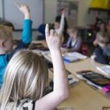 Det er ingen selvfølge, at elever sidder pænt og venter på deres tur med fingeren oppe. Tre ud af ti lærere danske oplever at blive meget forstyrret af urolige elever, der afbryder undervisningen, viser stor international undersøgelse.
