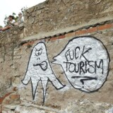 Graffiti på en gammel bunker, der er blevet et kendt udkigssted over Barcelona, fremlægger et kritisk budskab overfor turisterne med teksten »Fuck turisme«. Arkivfoto.