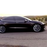 Nu er der beregnet en pris på den kommende familiebil fra Tesla, model 3. Analytiker betegner prisen som fornuftig. (Foto: STR/Scanpix 2016)