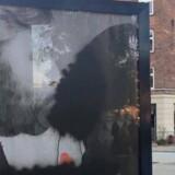 En stander med Kærlighed er en ret-kampagnen ved den Røde Plads på Nørrebro. Her er kampagnens kyssende kvinde, som bærer hijab, blevet overstreget med sort.