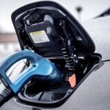 Det er ikke mange år siden, at man drejede nakken af led, når en elbil kørte forbi på gaden. De var – og er – trods alt en sjældenhed i de danske gader. Men det kan meget vel ændre sig meget snart. Ifølge det anerkendte analysehold hos Bloomberg i New Energy Finance vil hver fjerde bil i 2040 være en elbil. Strømmen til at drive elbilerne vil i øvrigt udgøre otte pct. af verdens samlede elforbrug. Arkivfoto: Nissan Leaf elbil ved CLEVER ladestander.
