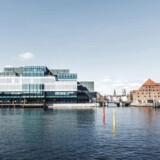 Der findes arkitekter, som forsvarer havnens nye byggeri, BLOX. Kim Herforth Nielsen, grundlægger af arkitektfirmaet 3XN og ofte dommer i internationale arkitektkonkurrencer, har her på b.dk argumenteret for, at BLOX tilfører København kvalitet. Det samme gør Peter Olesen, der har en lang række bøger om København på sit CV. Han spår blandt andet, at det bliver »en lysende perle i byen.« Koret af kritikere er dog større end det, der hylder domicilet, hvor Dansk Arkitektur Center og Dansk Design Center kommer til at holde til i fremtiden. Som her teaterdirektør og blogger på Berlingske Jon Stephensen, der er gået så vidt som til at kalde BLOX for »Københavns grimmeste hus«.På søndag åbner BLOX for offentligheden, og allerede nu kan medlemmer af fitness.dk få sved på panden med udsigt til havnen. Vi har samlet en række fotos - både foran og bag facaden.