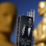 Nedtællingen til årets Oscar-fest er i fuld gang i Hollywood, og søndag går det løs med alt hvad dertil hører af gyldne statuetter, bevingede ord og ikke mindst den omstridste Swag Bag - gaveposen, som samtlige nominerede i de fem største kategorier kan se frem til at modtage, og som med en værdi af godt 200.000 dollar måske kan tage toppen af skuffelsen fra dem, som må forlade festlighederne uden udsmykning til kaminhylden under armen.