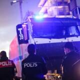 Tyrkiske betjente bevogter gerningsstedet ved retsbygningen i Izmir, hvor en bilbombe torsdag dræbte to personer og sårede en snes. Ingen danskere menes at være blandt ofrene, oplyser Udenrigsministeriets Borgerservice. Scanpix/Emre Tazegul