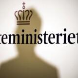 Skatteminister Karsten Lauritzen (V) er om ganske få dage, senest i næste uge, nødt til at fortælle Folketingets partier og offentligheden, at den samlede gæld til de offentlige kasser har nået et nyt rekordniveau.