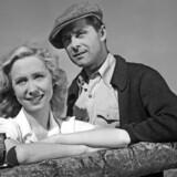 """Skuespillerne Tove Maes og Poul Reichardt under optagelserne til den danske film """"De røde Heste"""" fra 1950, instrueret af Alice O'Fredericks og Jon Iversen."""