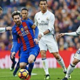 Fodboldens absolutte superstjerner, Barcelonas Lionel Messi (tv,) og Real Madrids Cristiano Ronaldo (th.). Foto: DANI POZO 3