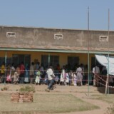 Folk står i kø for at få meningitis-vaccinen i Arua-distriktet i det nordlige Uganda.