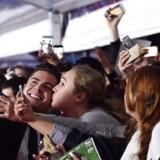 Skuespiller Zac Efron poserer med fans til premieren på filmen 'Mike and Dave Need Wedding Dates', der har fået rekord dårlige anmeldelser